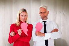 Составное изображение пар не говоря держащ 2 половины разбитого сердца Стоковые Фото
