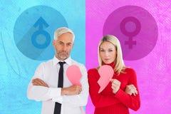 Составное изображение пар не говоря держащ 2 половины разбитого сердца Стоковая Фотография
