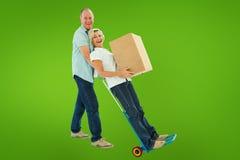Составное изображение пар потехи более старых держа moving коробки Стоковое Изображение