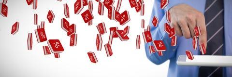 Составное изображение подрезанного изображения бизнесмена используя цифровую таблетку Стоковая Фотография RF