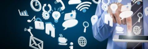 Составное изображение подрезанного изображения бизнесмена используя цифровую таблетку Стоковые Изображения