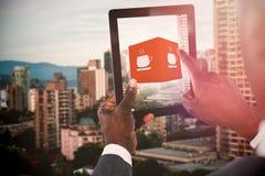 Составное изображение подрезанного изображения бизнесмена используя цифровую таблетку Стоковое Изображение
