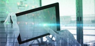 Составное изображение подрезанных рук исполнительной власти используя цифровую таблетку Стоковое Фото