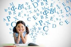 Составное изображение портрета девушки делая домашнюю работу на столе Стоковые Изображения RF