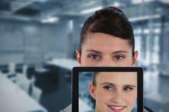 Составное изображение портрета женского доктора с цифровой таблеткой Стоковое Фото