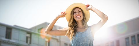 Составное изображение портрета женщины касаясь ее соломенной шляпе Стоковое Фото