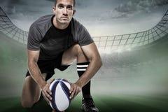 Составное изображение портрета игрока рэгби в черном jersey устанавливая шарик Стоковые Фото
