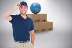 Составное изображение портрета крышки счастливого работника доставляющего покупки на дом нося Стоковые Изображения RF
