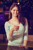 Составное изображение портрета молодой женщины имея коктеиль на счетчике бара Стоковые Изображения