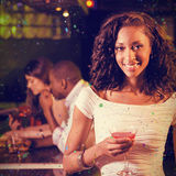 Составное изображение портрета молодой женщины имея коктеиль на счетчике бара Стоковое Фото
