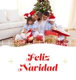 Составное изображение портрета подарков счастливых рождества отверстия семьи Стоковые Фото