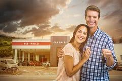 Составное изображение портрета счастливых пар с ключами стоковое изображение