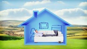 Составное изображение портрета усмехаясь бизнесмена при компьтер-книжка лежа на софе Стоковые Фото