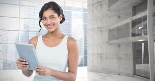 Составное изображение портрета усмехаясь коммерсантки используя планшет Стоковое Фото