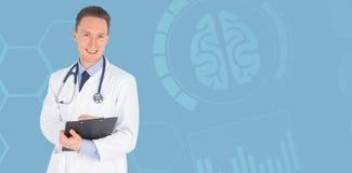 Составное изображение портрета усмехаясь мужского сочинительства доктора на доске сзажимом для бумаги Стоковые Изображения
