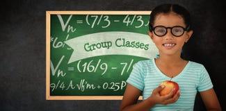 Составное изображение портрета усмехаясь eyeglasses девушки нося держа яблоко Стоковое Изображение RF
