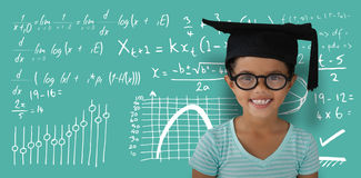 Составное изображение портрета eyeglasses и mortarboard жизнерадостной девушки нося Стоковые Изображения RF