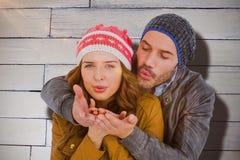 Составное изображение поцелуя счастливых молодых пар дуя Стоковое фото RF
