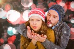 Составное изображение поцелуя счастливых молодых пар дуя Стоковое Изображение RF