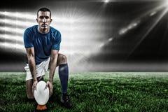 Составное изображение полнометражного портрета игрока рэгби устанавливая шарик и 3d Стоковое фото RF