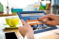 Составное изображение подрезанного изображения бизнесмена битника используя таблетку Стоковая Фотография RF