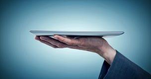 Составное изображение подрезанного изображения бизнесмена держа планшет Стоковая Фотография RF
