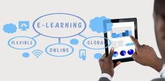 Составное изображение подрезанного изображения бизнесмена используя цифровую таблетку Стоковые Фото