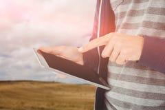 Составное изображение подрезанного изображения человека используя таблетку Стоковое Фото
