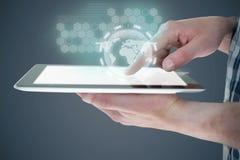 Составное изображение подрезанного изображения человека используя цифровую таблетку Стоковые Изображения