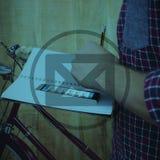 Составное изображение подрезанного изображения человека с сочинительством smartphone Стоковые Фото