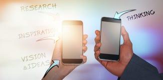 Составное изображение подрезанных рук человека и женщины держа мобильные телефоны Стоковые Фото