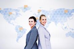 Составное изображение привлекательных коммерсанток стоя спиной к спине стоковое фото
