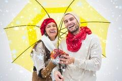 Составное изображение привлекательных молодых пар в теплых одеждах держа зонтик и листья Стоковая Фотография RF