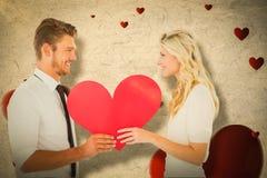Составное изображение привлекательных молодых пар держа красное сердце Стоковая Фотография RF