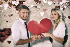 Составное изображение привлекательных молодых пар держа красное сердце Стоковое Изображение