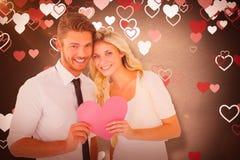 Составное изображение привлекательных молодых пар держа розовое сердце Стоковые Изображения