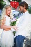 Составное изображение привлекательных пар с пуком цветков Стоковые Фото