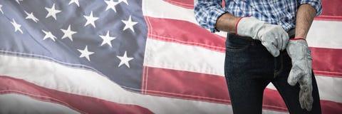 Составное изображение работника кладя на работая перчатки Стоковое Фото