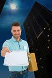 Составное изображение работника доставляющего покупки на дом при пакет давая доску сзажимом для бумаги для подписи Стоковая Фотография