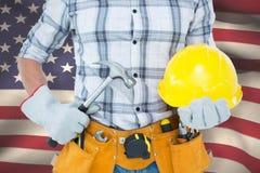 Составное изображение разнорабочего держа молоток и трудную шляпу Стоковое Изображение