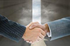 Составное изображение рукопожатия дела против двери Стоковое Фото