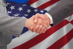 Составное изображение рукопожатия между 2 бизнесменами стоковое изображение