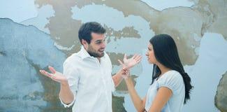 Составное изображение сердитого брюнет обвиняя ее парня Стоковые Фото