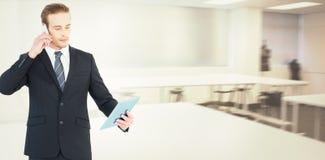 Составное изображение серьезного бизнесмена на телефоне держа таблетку Стоковые Изображения RF