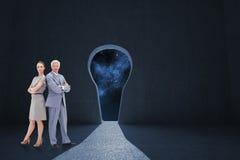 Составное изображение серьезного бизнесмена стоя спина к спине с женщиной Стоковые Фотографии RF