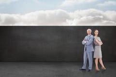 Составное изображение серьезного бизнесмена стоя спина к спине с женщиной Стоковая Фотография RF