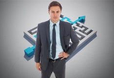Составное изображение серьезного бизнесмена стоя с рукой на бедре Стоковое Изображение RF