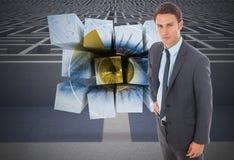 Составное изображение серьезного бизнесмена стоя с рукой на бедре Стоковое Фото