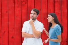 Составное изображение сердитого брюнет крича на парне Стоковые Фото