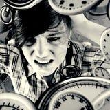 Составное изображение сердитого милого брюнет с руками на голове Стоковое Фото